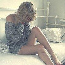 Девушка на кровати обсикалась восне